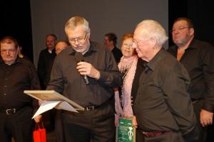 Übergabe der Ehrenurkunde an Friedel Gerhard