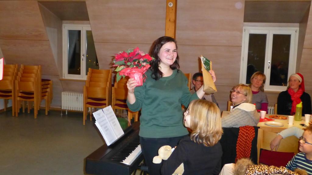 Johanna Tollkien freut sich über ihr Geschenk