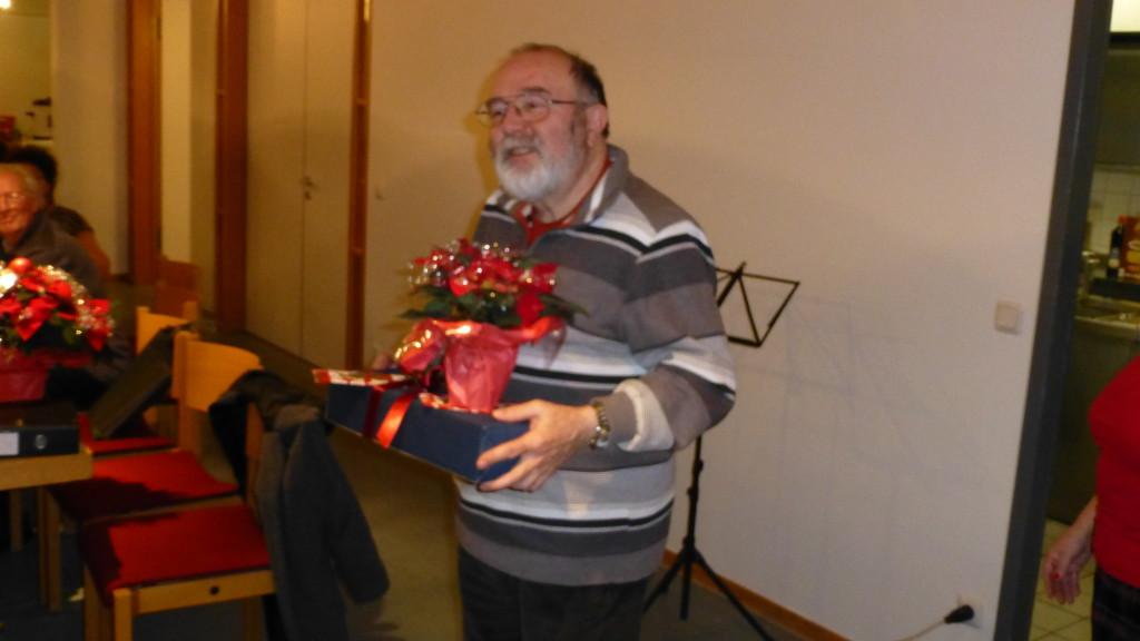 Werner Schupp hat auch das Geschenk für seine erkante Frau Erika in Empfang genommen