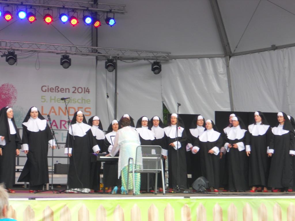 """Die Nonnen mit ihren roten Pumps bei ihrem Vortrag """"I will follow him"""""""