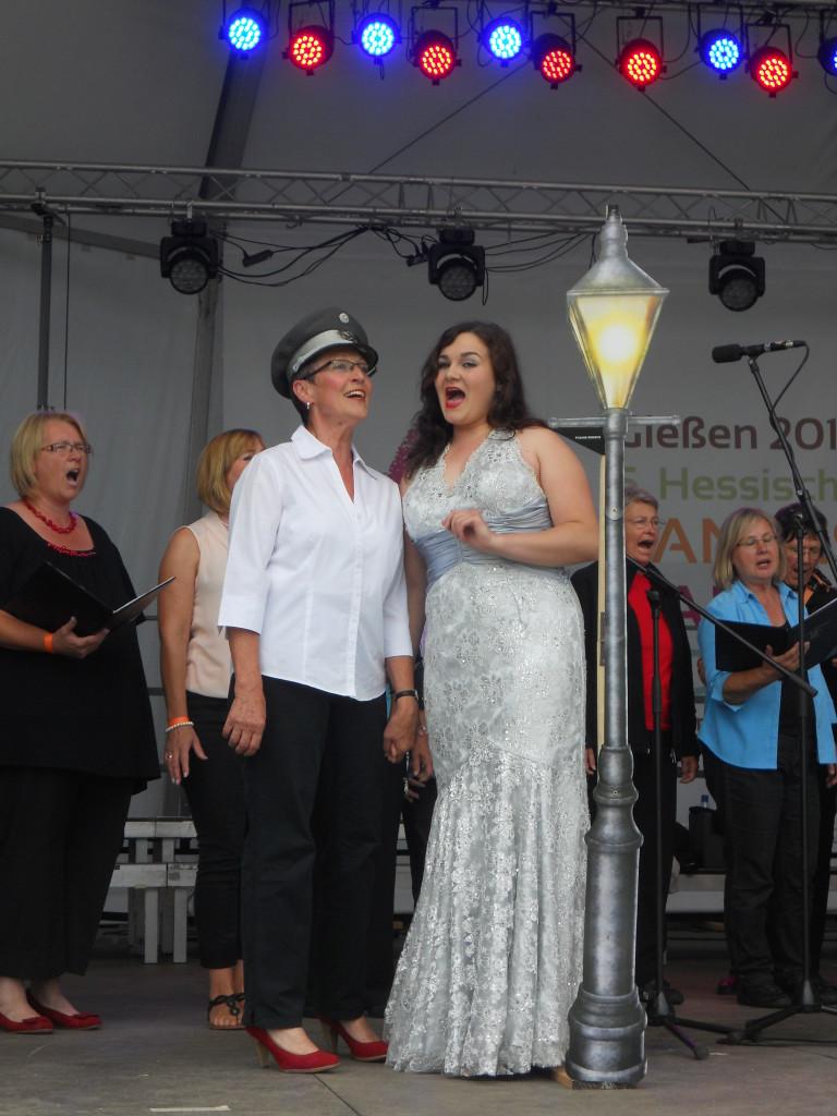 """Der Gemischt Chor bei seinem Vortag """"Lili Marleen"""" mit ihren Schauspielerischen-Solisten Elke Gratz und Johanna Tollkien"""